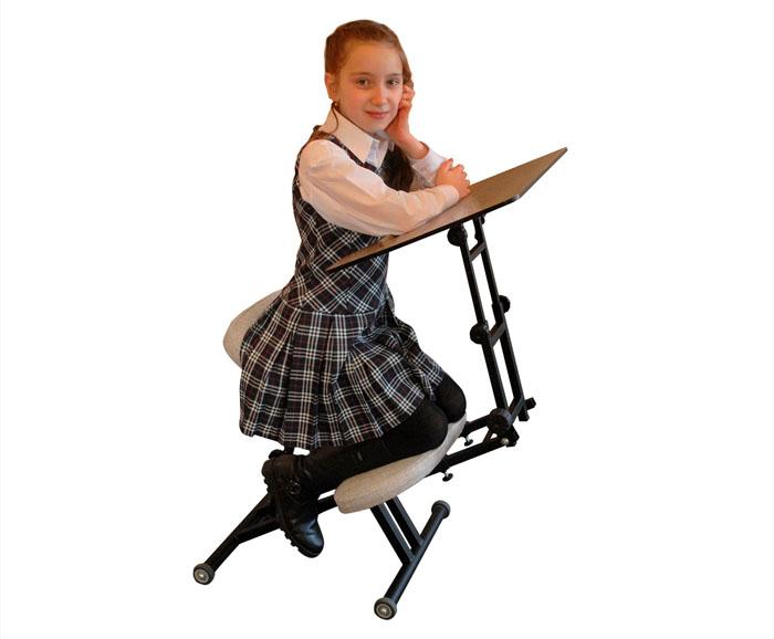 Ортопедический стул вместе со столом эксплуатировать проще. Его можно транспортировать и хранить в любом месте при отсутствии необходимости