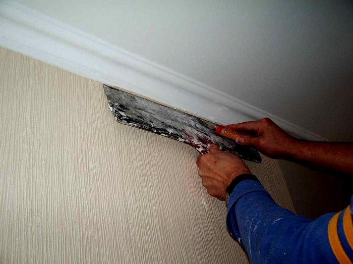Кроме того, при декорировании молдинга легко испачкать поклеенные обоями стены