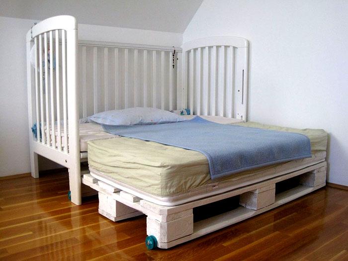 Детская кровать с выезжающей платформой из паллетов