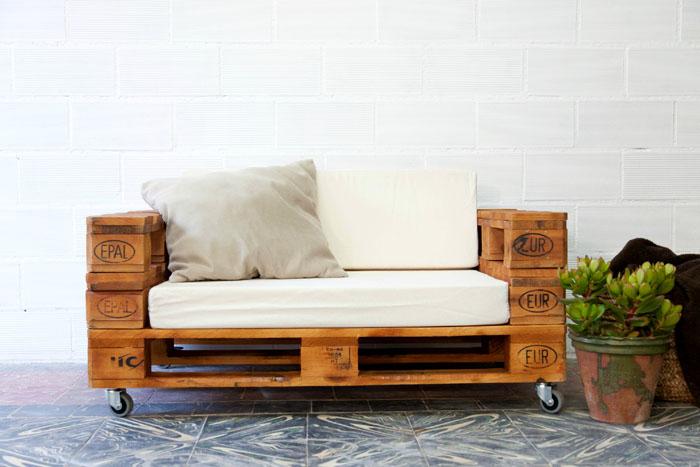 Малогабаритный диван подойдёт для отдыха детям. Его удобно передвигать благодаря колесикам