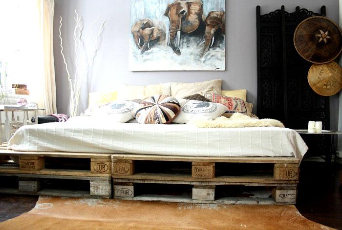 Эффектная конструкция кровати из поддонов смотрится оригинально даже при незаконченном ремонте