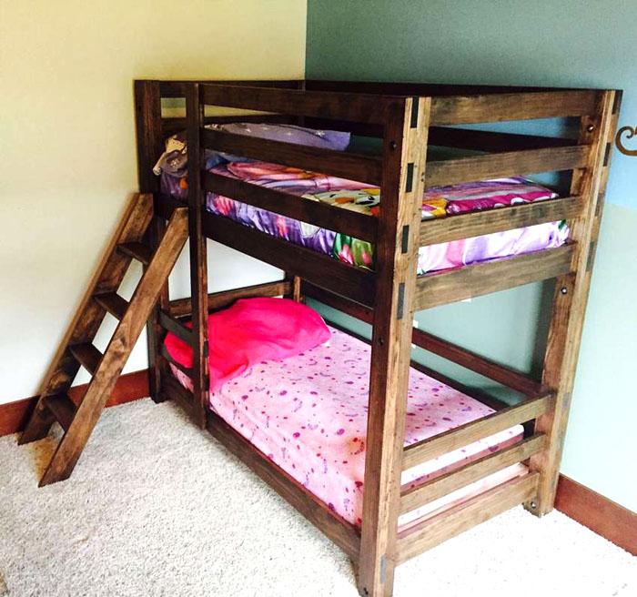 Лаз на кровать можно изготовить отдельно. Его допускается крепить между нижним и верхним лежаками или просто упирать в пол