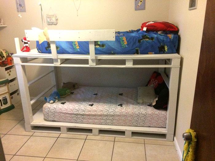 В качестве лестницы выступает широкая боковая часть кровати
