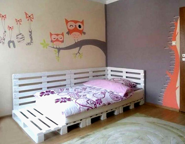 Модель детского спального места из узких и широких окрашенных паллетов