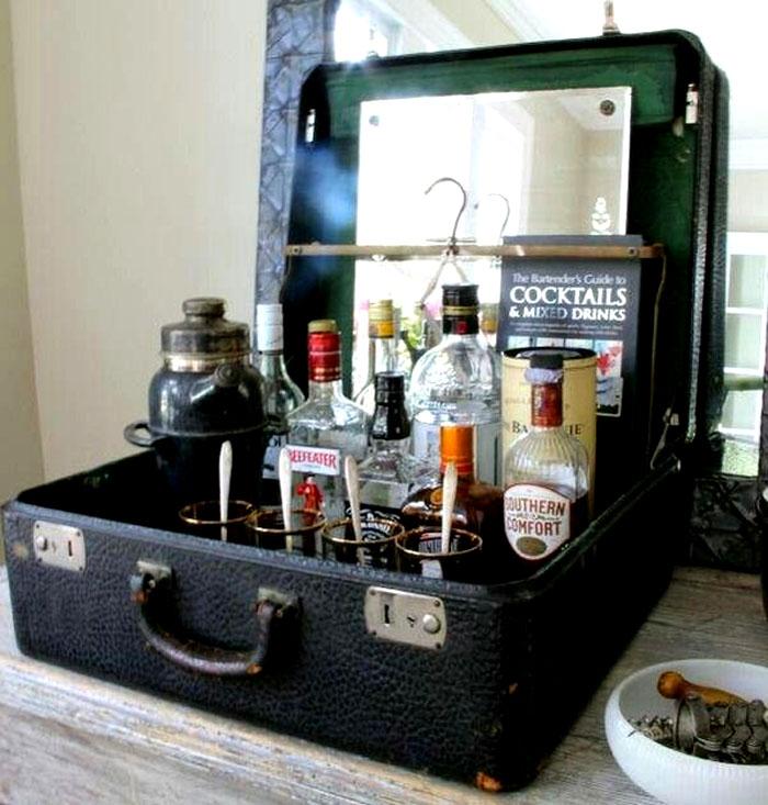 Простой настольный мини-бар из чемодана в открытом виде. Отлично смотрится в интерьере со стилем лофт