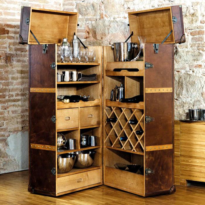 Мини-бар можно сделать из старинного чемодана или массивного комода