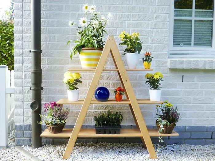 Одновременно на таких стеллажах можно располагать декор и искусственную растительность