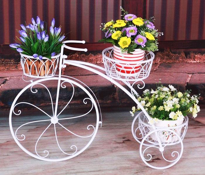 Модель «Велосипед», в которой багажник сидение и руль задействованы под полки для цветочных горшков