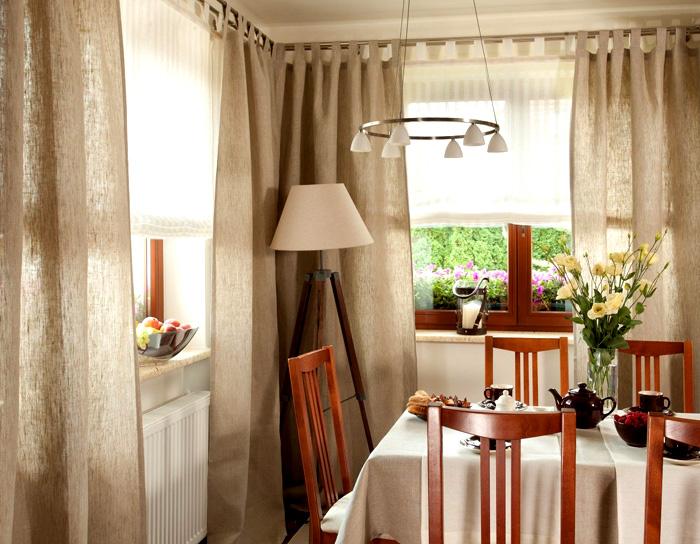 На шторах не может быть яркого принта и ламбрекенов — простой покрой обязателен