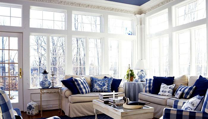 Для мебели характерна массивность и светлая обивка
